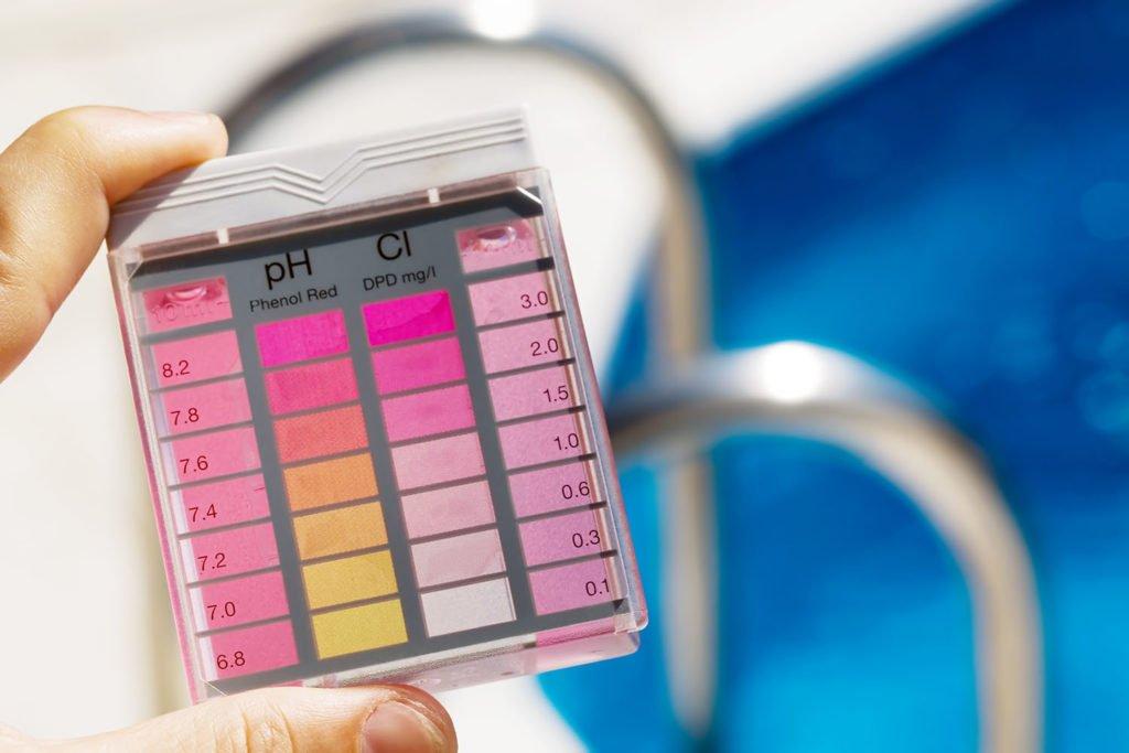Die richtige Wasseraufbereitung des eigenen Pools ist das A und O. Foto: Adobe Stock