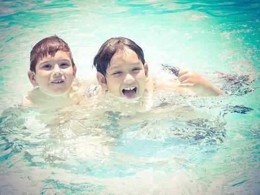 Badespaß für Kinder: Ein eigener Swimmingpool im Garten bietet Kindern vielseitigen und ganz privaten Badespaß mit Freunden und Eltern. Foto: pixabay.com © rodrigolourenco (CC0 Creative Commons)