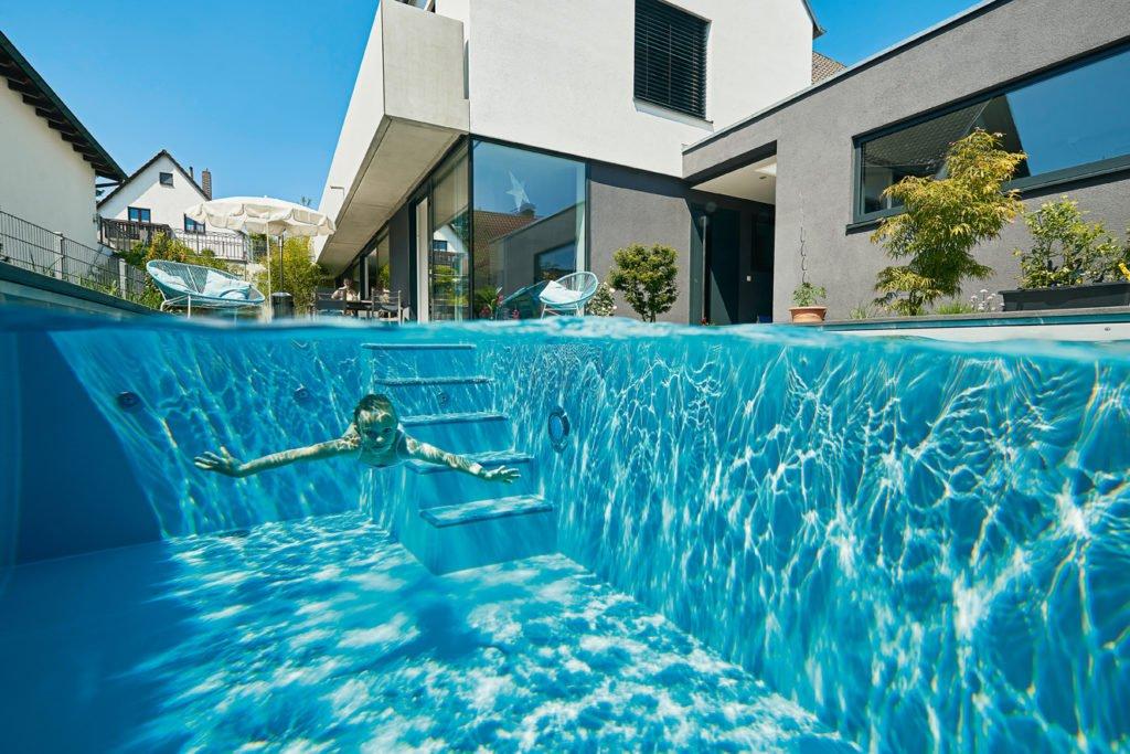 Poolreinigung: Baden in klarem Poolwasser. Foto: Tom Philippi