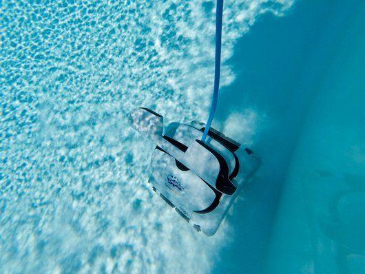 Der Pool muss mit dem Pool Sauger regelmäßig gepflegt werden. Foto: Behncke GmbH