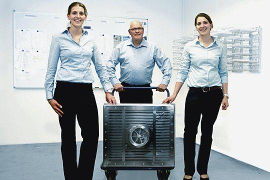 """Die Familie Binder mit der Turbinenschwimmanlage """"HydroStar"""". Foto: Binder GmbH & Co. KG"""