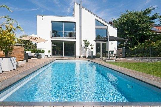 Haus, Terrasse und Swimming-pool sprechen eine klare Formensprache. Foto: Tom Bendix