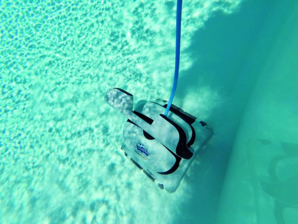 Der Pool Sauger fährt mühelos die Wände des Pools hinauf.