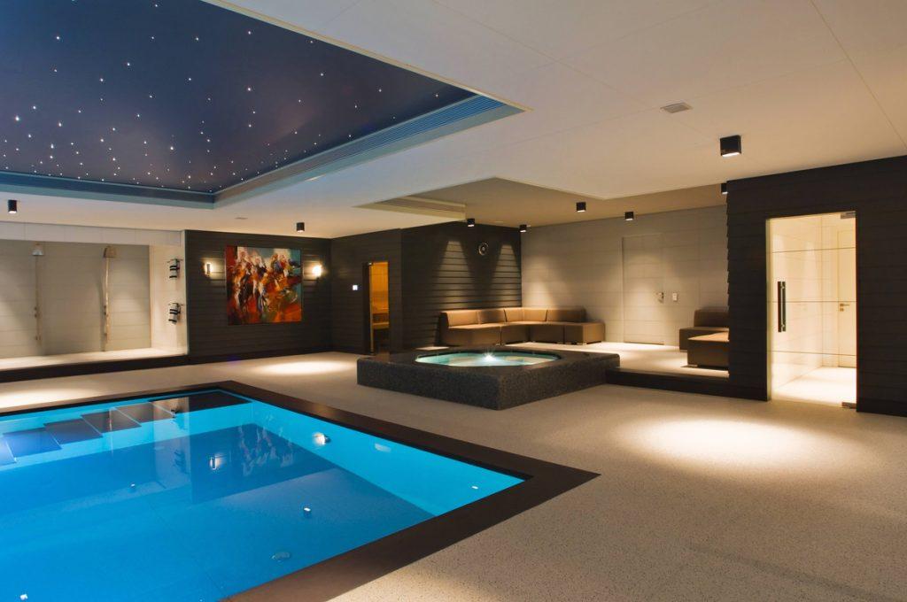 Ausdrucksstarke, moderne Indoor-Spa-Anlage von sopra