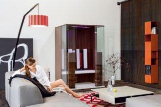 Infrarot Infrarotkabine Wellness, die in die Tiefe geht - Eine Person, die auf einem Bett sitzt - Interior Design Services
