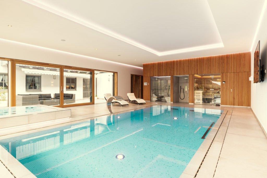 Swimming-pool im Haus mit Dampfbad, Sauna und Whirlpool