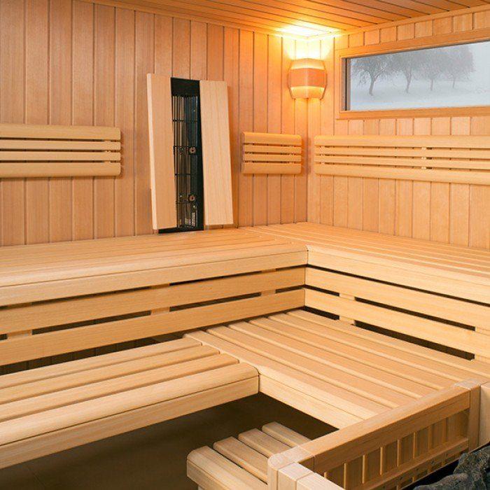 Wellness, die in die Tiefe geht - Eine Holzbank neben einem Fenster - Hauptsauna