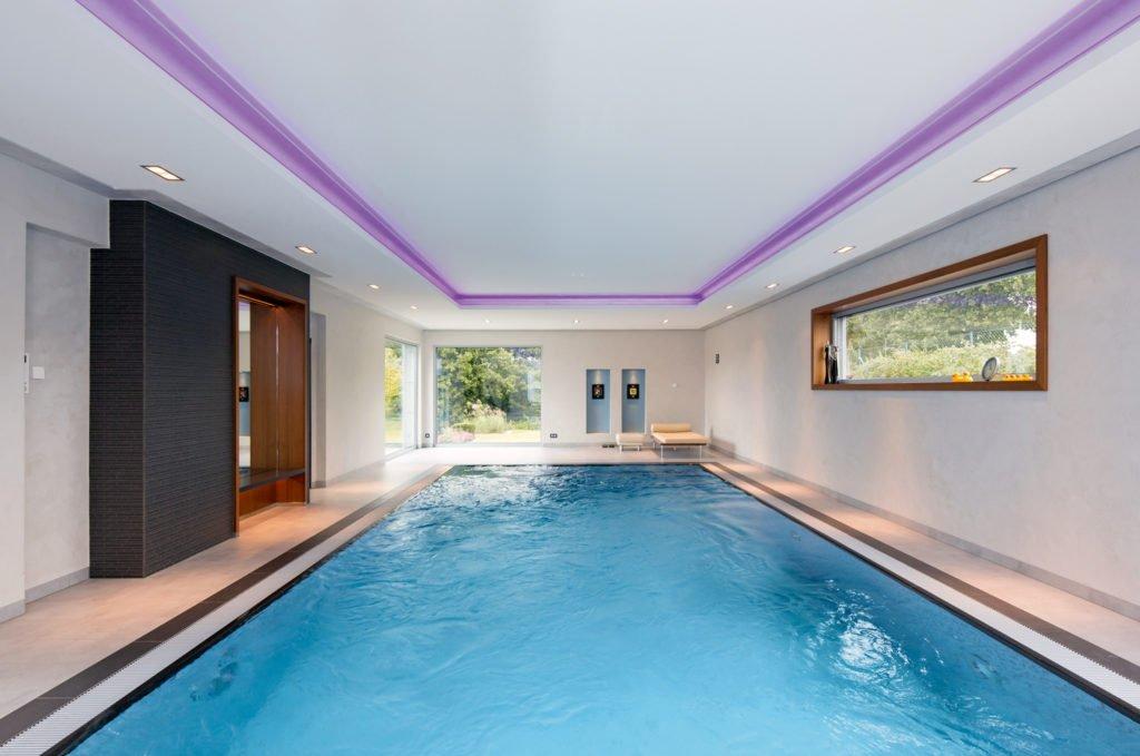 Ein Hallenbad mit toller Poolbeleuchtung mitten im Idyll