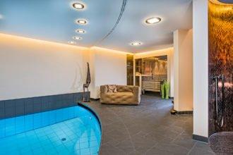 Unterirdisches Wellness-Refugium mit Sauna, Dampfbad, Pool und Erlebnisdusche