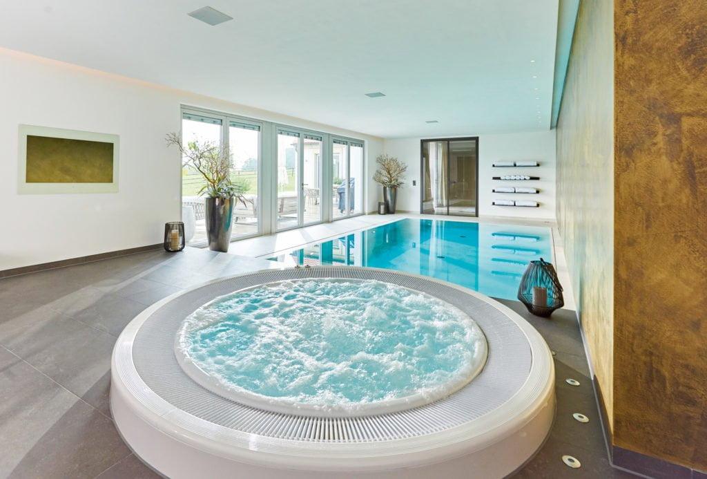 Wohlfühlmomente mit Wärme, Whirlpool und Wellness in dieser Schwimmhalle