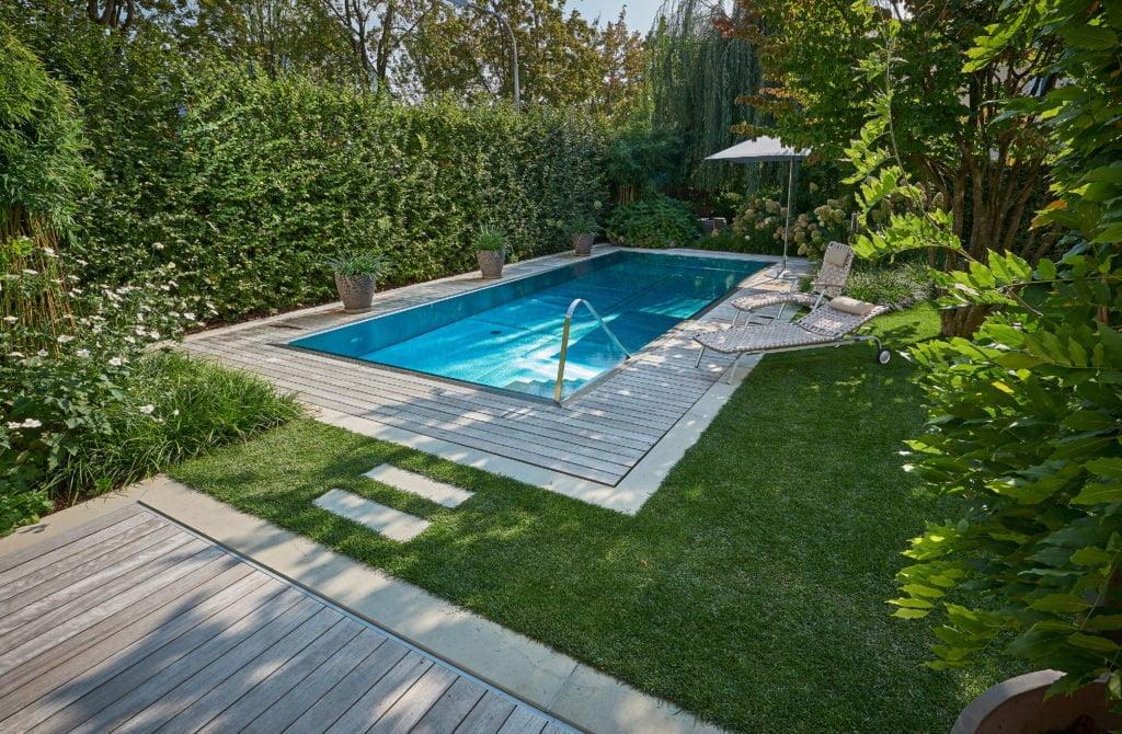 Gartenpool: Im Idealfall bilden Swimmingpool und Umgebung eine optische Einheit