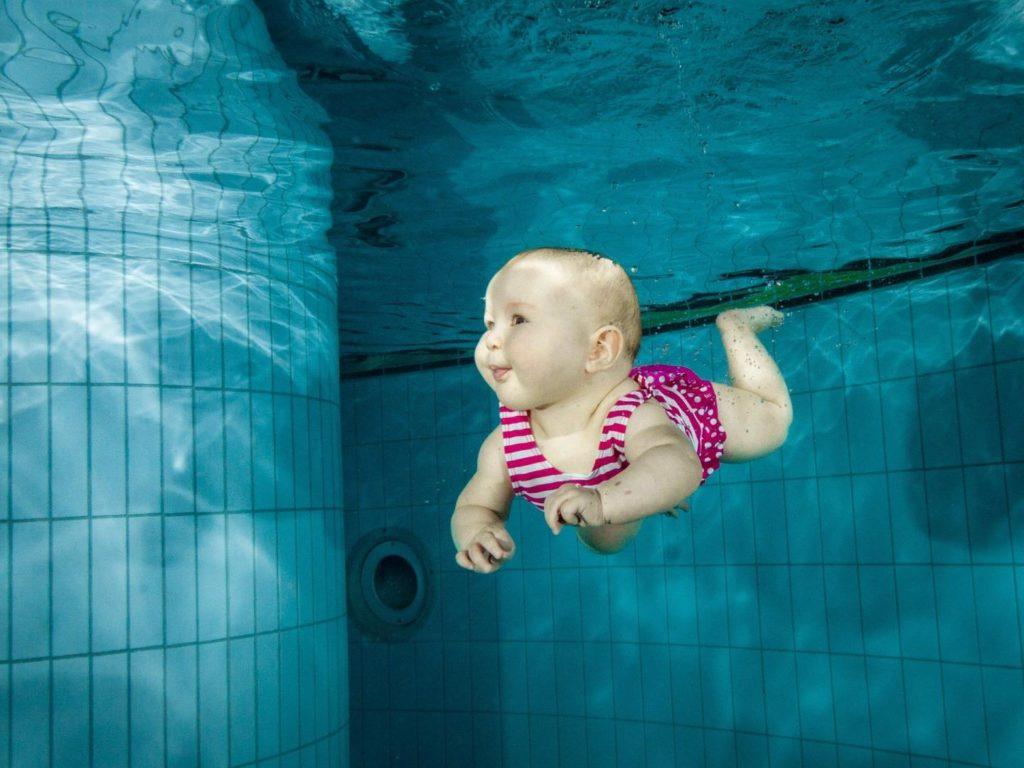 Baby im Pool