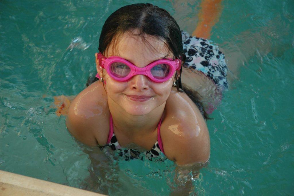 Mädchen mit Schwimbrille