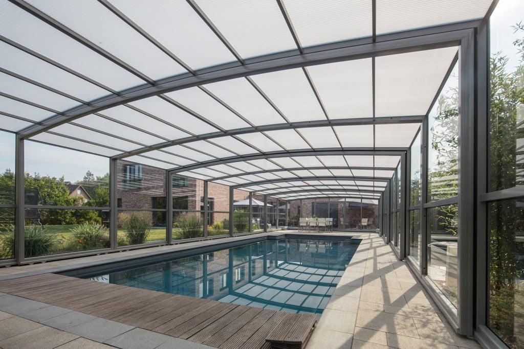 GFK Pool mit großer Poolüberdachung von Paradiso