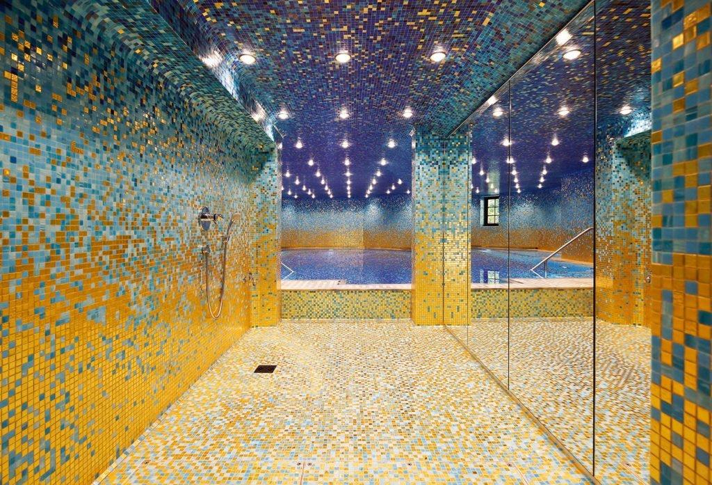Glanzvolle Schwimmhalle mit Poolbeleuchtung für 1001 Nacht
