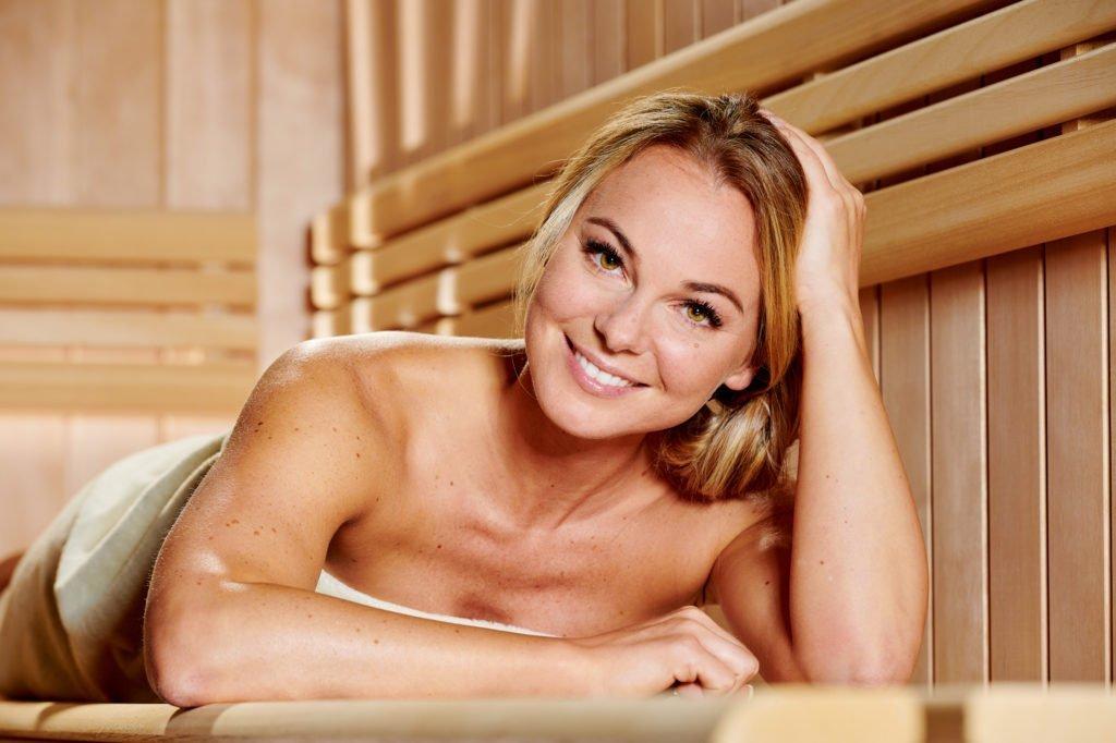 Saunieren stärkt das Immunsystem TV-Moderatorin Mareike Spaleck in ihrer Sauna