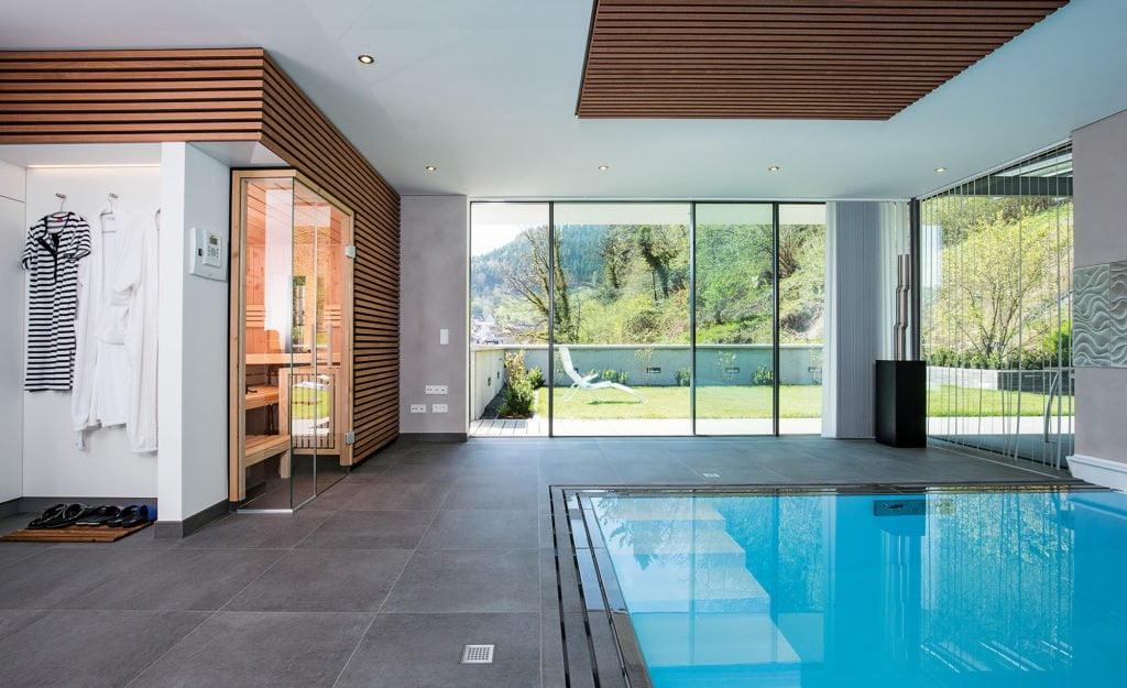 Kombination von Swimmingpool und Sauna Foto: Bernhard Müller