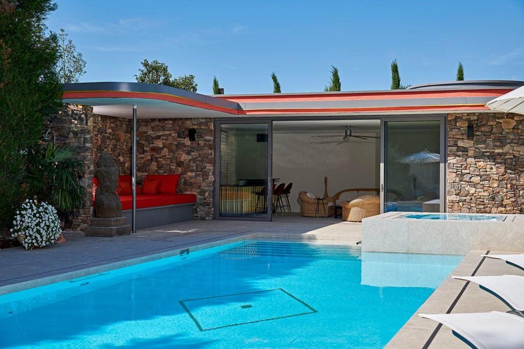 Ein Poolhaus macht den Swimmingpool wohnlich Foto: Tom Philippi