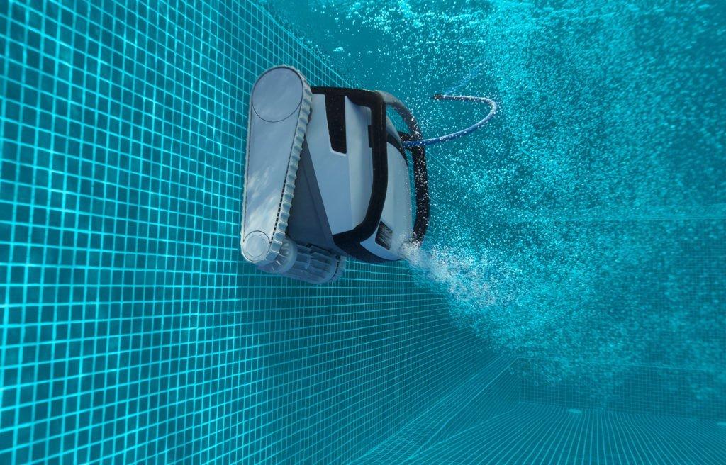 Zur Poolpflege von einem Gartenpool gehört der wöchentliche Einsatz eines Poolsaugers