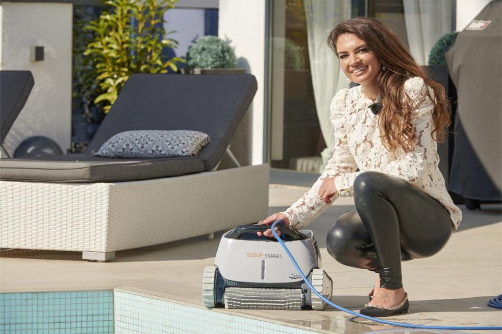 """Poolreinigung mit Poolroboter: Mode-Influencerin Anni von FashionHippieLoves testet den """"Smart Scoop"""" von Behncke für Wellness Trends TV"""