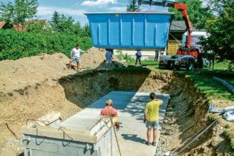 Einen eigenen Swimmingpool bauen. Das Becken wird eingebracht