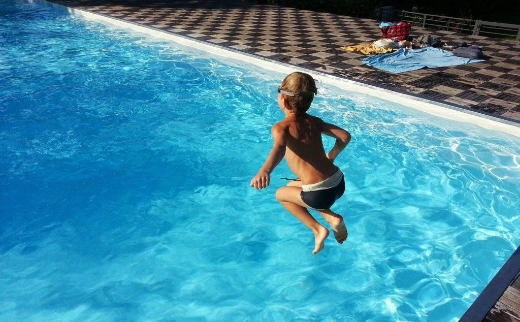 kind springt in eigenen pool