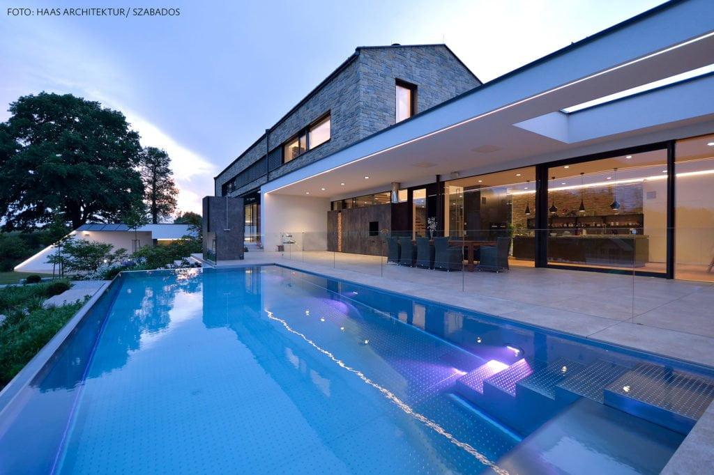 """Edelstahlbecken """"Classic"""" mit Pool Isolierung von Gassner. Foto: Haas Architektur/Szabados"""
