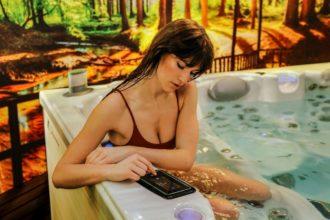 Whirlpool Indoor_Whirlcare_Frau Im Pool
