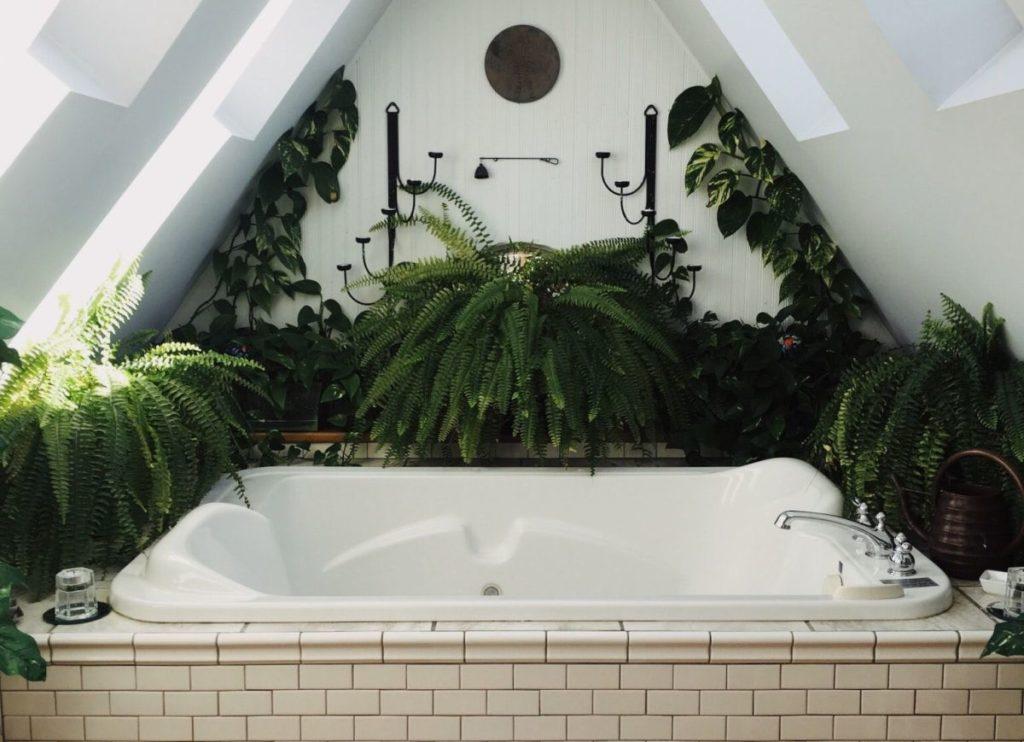 Whirlpool Indoor_eckiger Whirlpool unterm Dach