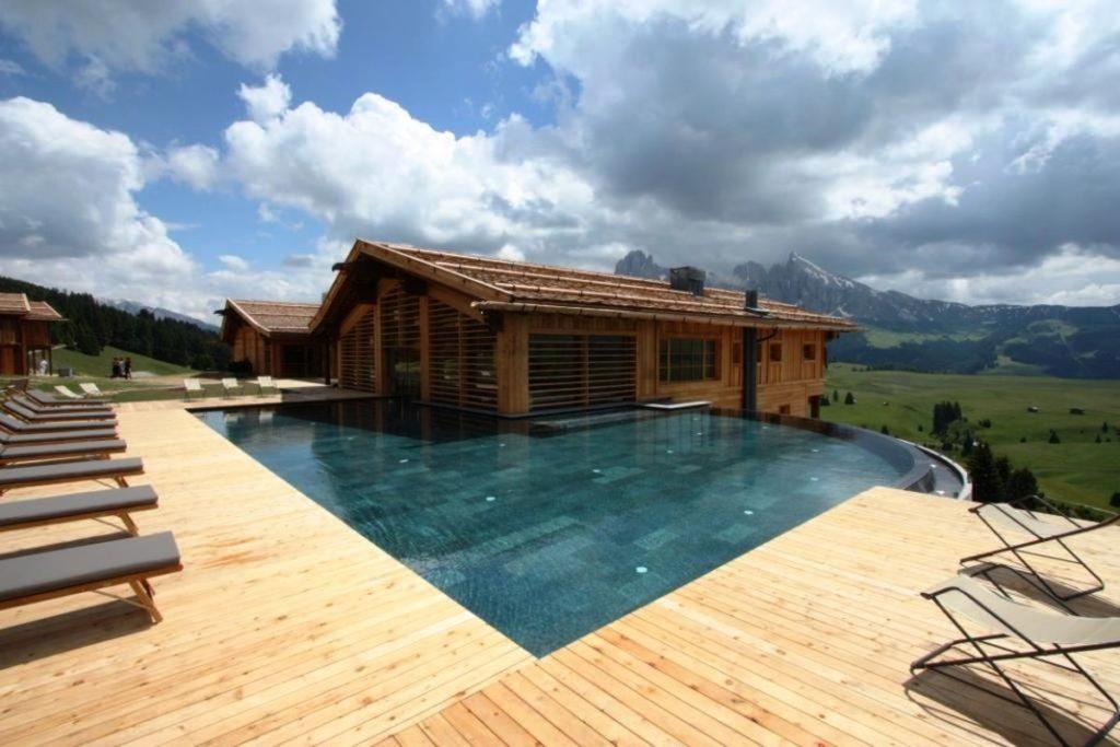 Individuelle Wellness-Konzepte_Adler Mountain Lodge_Holz Veranda