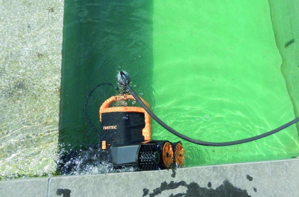 Naturpool bauen_Reinigungsroboter im Wasser