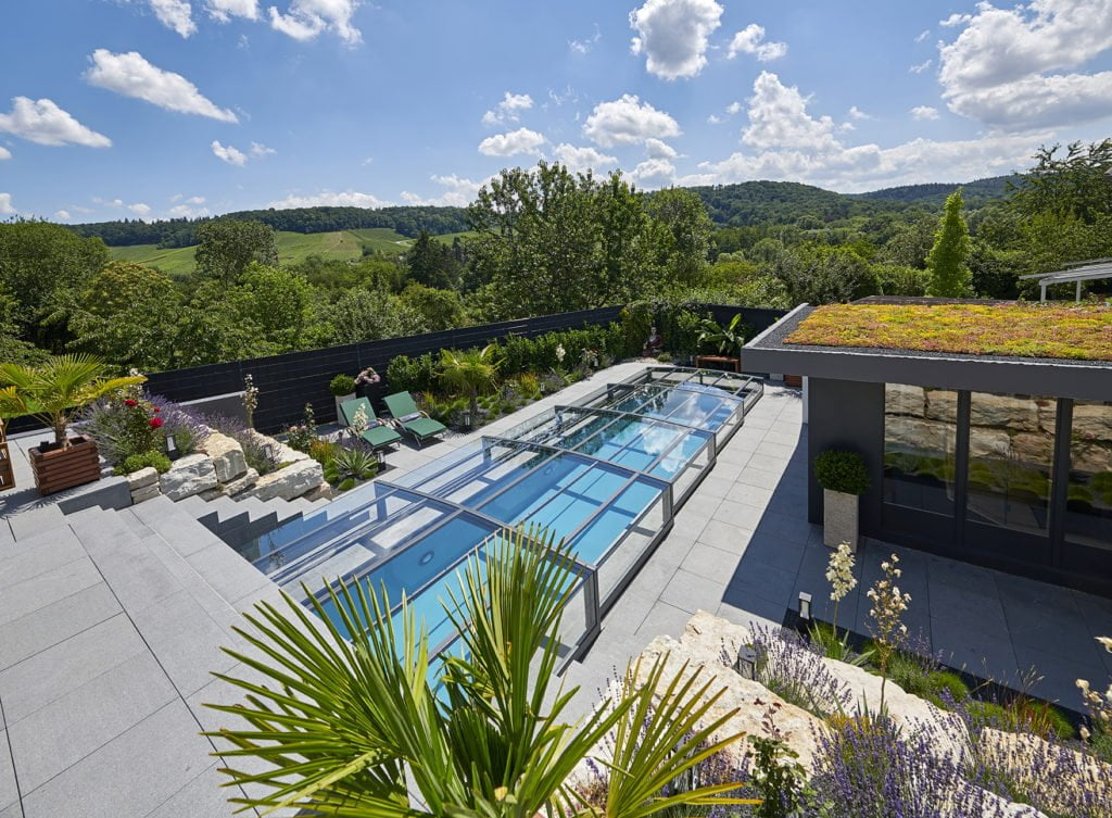 Swimmingpool mit Poolüberdachung von Paradiso